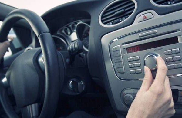 Χαμηλώνετε κι εσείς το ραδιόφωνο όταν παρκάρετε το αυτοκίνητό σας – Αν ναι, δείτε γιατί!
